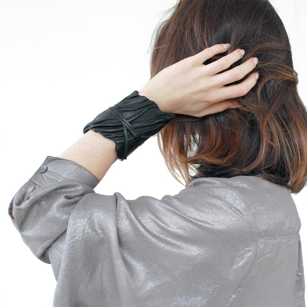 NERVURE-bracelet-noir-porte1